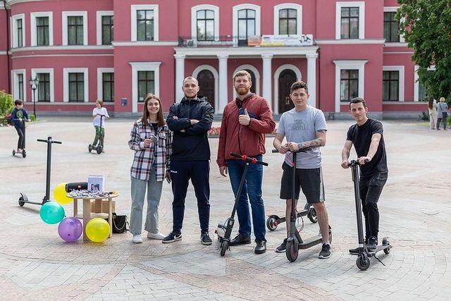 У Кропивницькому каталися на електросамокатi, щоб допомогти хворому хлопчику (ФОТО)