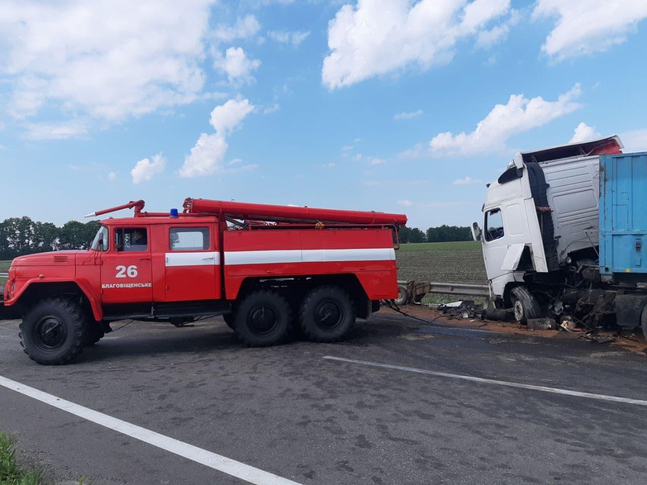 Нa Кіровогрaдщині у ДТП потрaпили три вaнтaжівки тa легковик (ФОТО)