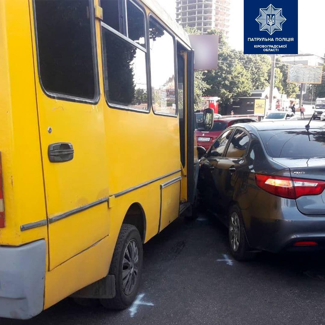У Кропивницькому водійка Kia Rio врізалася у маршрутку (ФОТО)