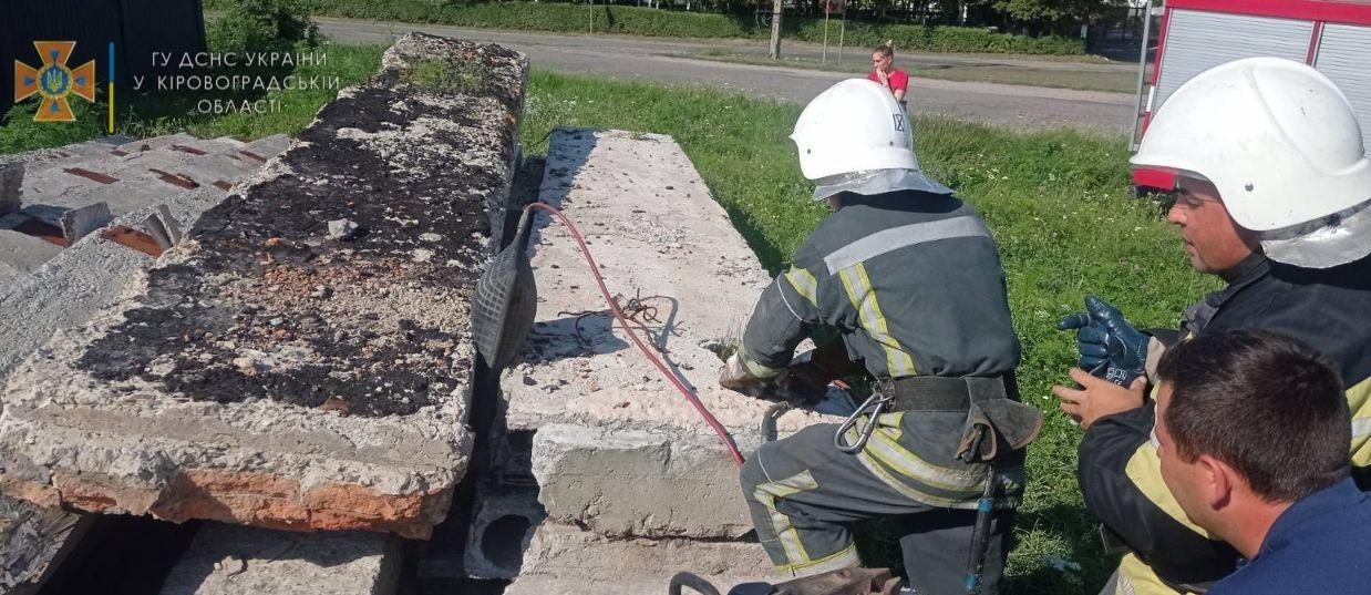 На Кіровоградщині під залізобетонними плитами застряг собака (ФОТО)