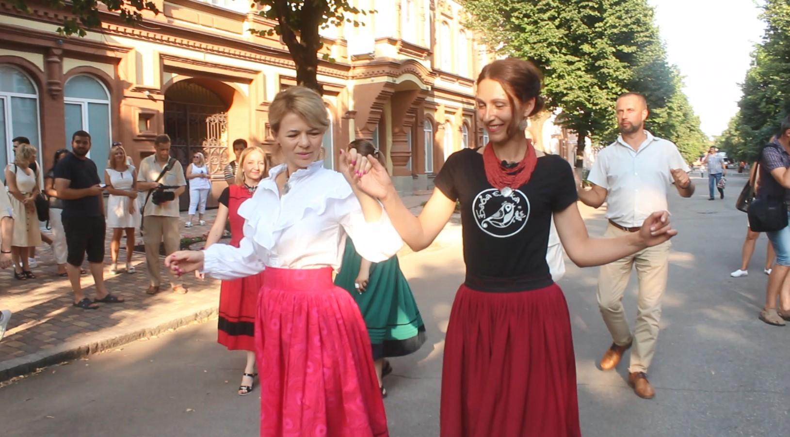 Як у Кропивницькому містяни просто неба танцювали автентичні танці (ФОТО)