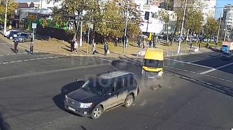 У Кропивницькому зіткнулися Ford та Land Cruiser (ВІДЕО)