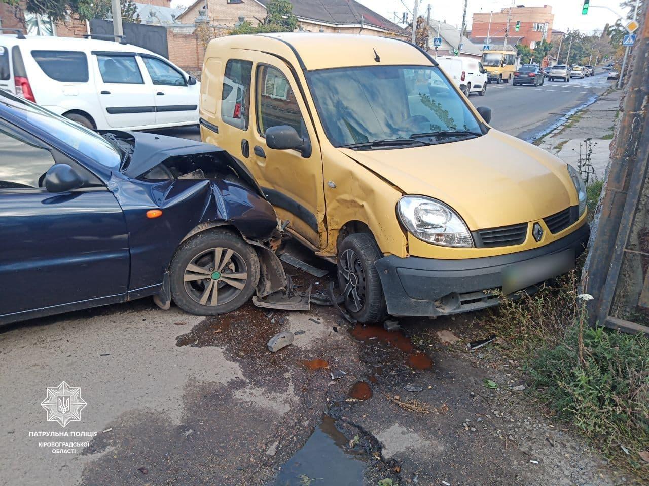 На вулицi Кропивницького зiткнулися Renault та ЗАЗ-Daewoo (ФОТО)